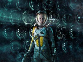 Artwork von Returnal. Protagonistin Selene steht im Vordergrund. Im Hintergrund bilden mehrere leere und zerstörte Helme eine Mauer.
