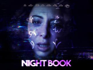 Titelartwork von Night Book. Unten befindet sich das Logo, darüber halb im Schatten das Gesicht der Protagonistin. Das Gesicht sieht gequält aus und es wird von lilafarbenen Schriftzeichen überdeckt.