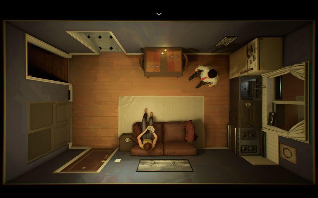 Screenshot. Darstellung des Wohnzimmers aus der Vogelperspektive. Frau sitzt unten auf dem Sofa, ein Buch lesend. Mann steht rechts oben am Kühlschrank.