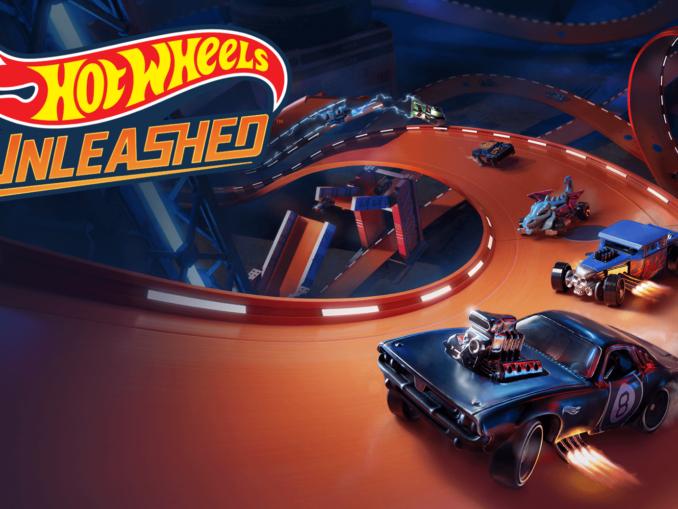 Titelbild aus Hot Wheels Unleashed. Darstellung des Logos links oben. Im Hintergrund findet sich eine orangfarbene Kurve mit mehreren Fahrzeugen, die richtung Vordergrund fahren.